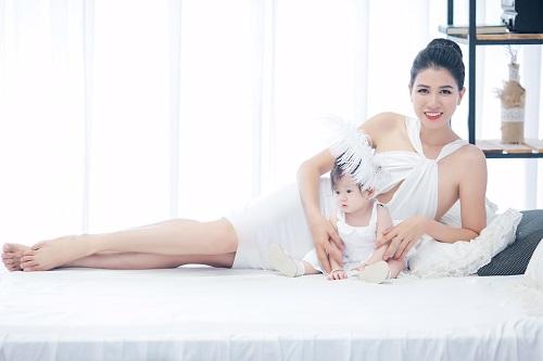 Người mẫu Trang Trần - Trang Trần xinh đẹp viên mãn bên con gái - 2