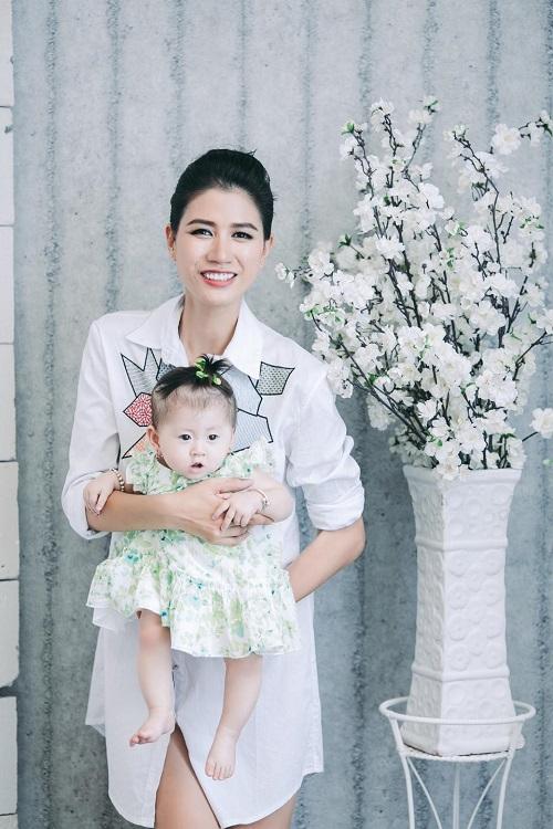 Trang Trần xinh đẹp bên con gái 7 tháng tuổi - 5