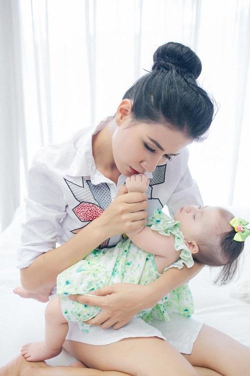 Trang Trần xinh đẹp bên con gái 7 tháng tuổi - 6