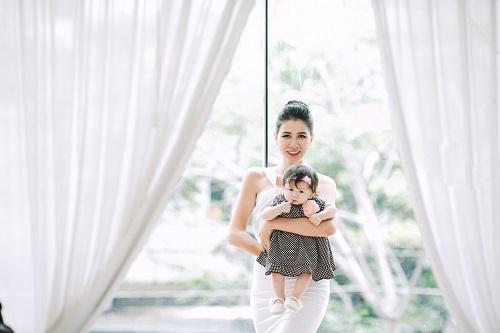 Trang Trần xinh đẹp bên con gái 7 tháng tuổi - 8