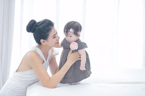 Trang Trần xinh đẹp bên con gái 7 tháng tuổi - 9