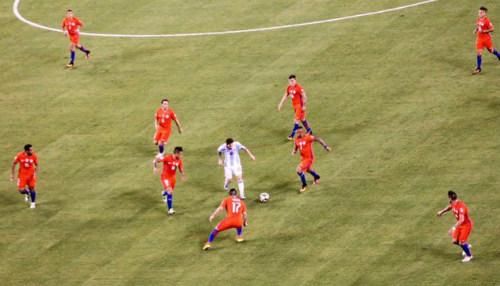 """Sốc với hình ảnh Messi """"một mình cân cả thế giới"""" - 1"""