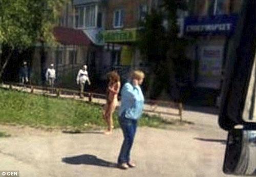 Bị bắt gặp ngoại tình, cô gái phải khỏa thân ra đường - 3