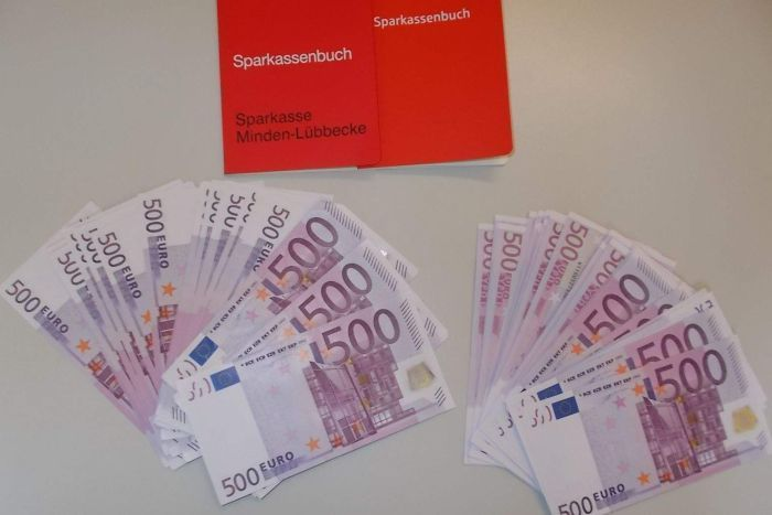 Đức: Mua tủ cũ, phát hiện hơn tỉ đồng trong khe bí mật - 3