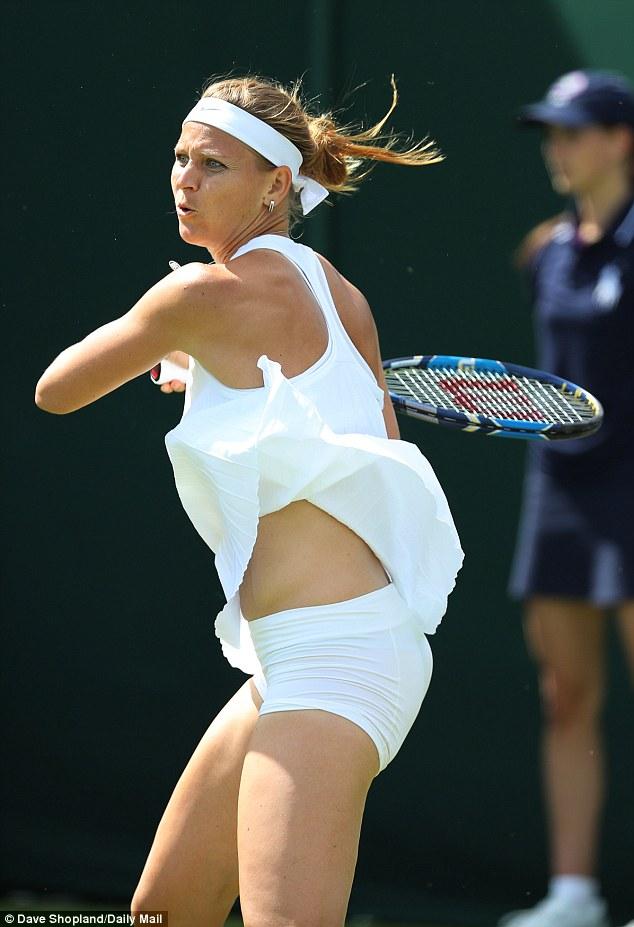 Tay vợt nữ lại gặp rắc rối với váy ngắn ở Wimbledon - 4