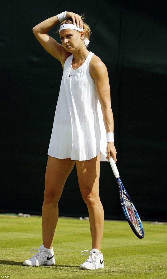 Tay vợt nữ lại gặp rắc rối với váy ngắn ở Wimbledon - 5