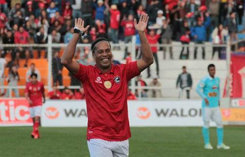 """Ronaldinho kiến tạo không cần nhìn khiến fan """"lác mắt"""" - 1"""