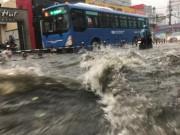 """Tin tức trong ngày - Mưa trái mùa """"khủng"""" ở SG: Khuyến cáo tránh tiếp xúc nước mưa"""