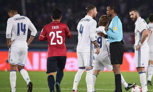 """Real lại được trọng tài """"bơm điểm"""": Barca khóc thét - 1"""