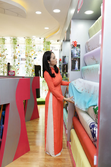 Sao Việt cũng mê mẩn ngắm Lụa Thái Tuấn tại showroom mới - 4