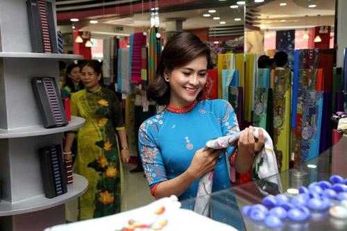 Sao Việt cũng mê mẩn ngắm Lụa Thái Tuấn tại showroom mới - 7