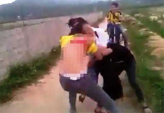 Xuất hiện clip nữ sinh lớp 9 đánh nhau, đòi lột đồ - 2