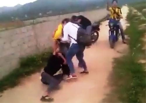 Xuất hiện clip nữ sinh lớp 9 đánh nhau, đòi lột đồ - 1