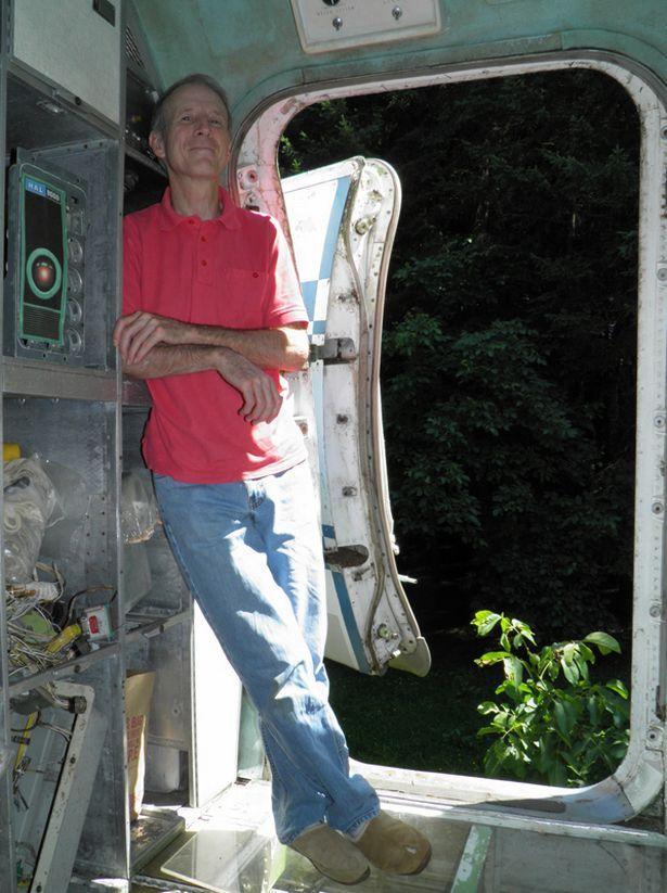 Người đàn ông sống trong máy bay khổng lồ giữa rừng Mỹ - 1