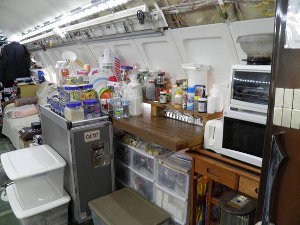 Người đàn ông sống trong máy bay khổng lồ giữa rừng Mỹ - 4