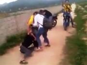 Tin tức trong ngày - Xuất hiện clip nữ sinh lớp 9 đánh nhau, đòi lột đồ