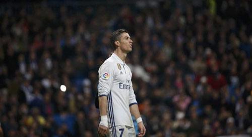 Biến ở Real: Ronaldo bất mãn, ghen tị với Messi - 1