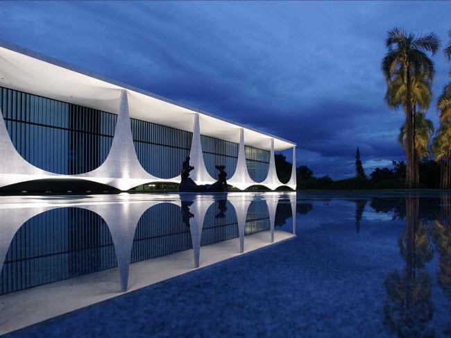 Tòa nhà Palácio da Alvorada ở thủ đô Brasilia là nơi ở của tất các tổng thổng Brazil từ năm 1956. Công trình này gây ấn tượng với hồ phản chiếu và những bức tượng do nghệ sĩ Alfredo Ceschiatti thiết kế.