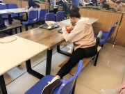 Bạn trẻ - Cuộc sống - Nữ sinh vừa ăn vừa xoạc chân hot nhất trên mạng TQ