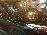 """Tin tức trong ngày - Người vẽ chi chít bút xóa lên xe ô tô """"lặn mắt tăm"""""""