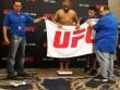 Chấn động UFC: Võ sĩ cởi sạch quần áo, làm điều khó tin