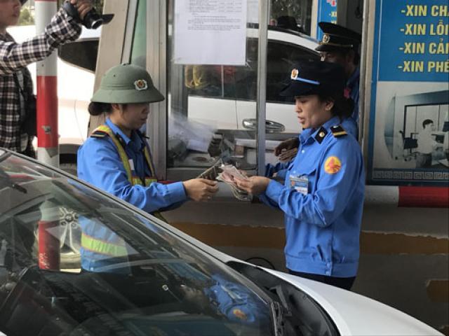 Nhân viên soát vé đếm tiền lẻ mỏi tay, trạm thu phí Bến Thủy đành miễn phí