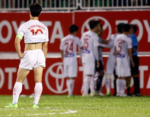 Trọng tài bẻ còi ở V-League: Thủ lĩnh Công Phượng ở đâu? - 2