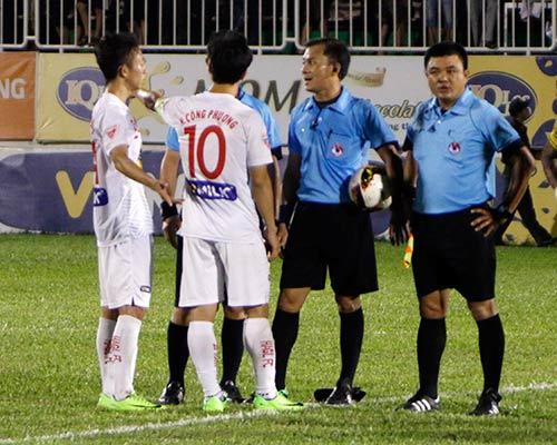 Trọng tài bẻ còi ở V-League: Thủ lĩnh Công Phượng ở đâu? - 3