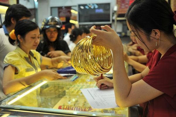 Vì sao vàng thế giới đội giá, vàng trong nước đứng im? - 1