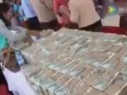 Phi thường - kỳ quặc - Tỷ phú sắp qua đời bày đống tiền trên bàn để phát cho dân