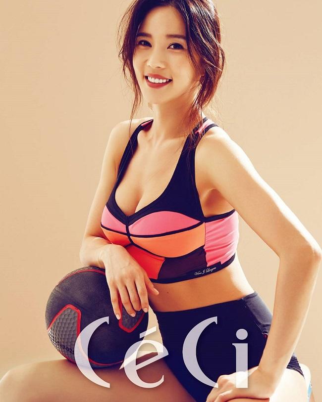 1. Ray Yang tên thật là Yang Min Hwa, sinh năm 1987. Hiện tại, cô được biết đến với các vai trò là người mẫu ảnh, diễn viên kiêm huấn luyện viên thể hình nổi tiếng ở Hàn Quốc. Cô cao 1m73, nặng 52 kg, cùng số đo 3 vòng bốc lửa 89 - 60 - 91 (cm).