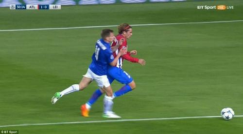Griezmann 100 triệu euro kiếm penalty tưởng tượng, Leicester nổi đóa - 1