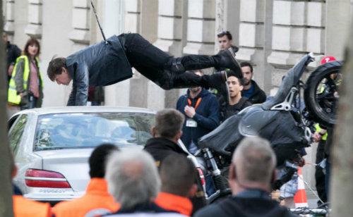 """Tài tử Tom Cruise lái BMW R NineT """"đấu đầu"""" xe hơi - 2"""