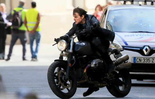 """Tài tử Tom Cruise lái BMW R NineT """"đấu đầu"""" xe hơi - 1"""