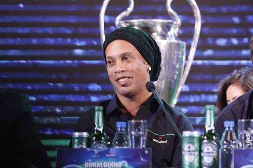 Ronaldinho giao lưu ở VN: Barca sẽ gây sốc cúp C1 - 3