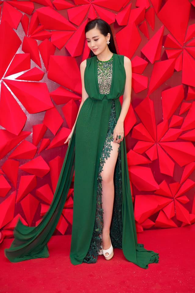"""Kiều nữ Việt """"ê chề"""" vì váy xẻ quá khứ còn mặc """"bạo"""" hơn - 1"""