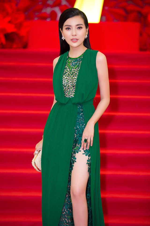 """Kiều nữ Việt """"ê chề"""" vì váy xẻ quá khứ còn mặc """"bạo"""" hơn - 2"""