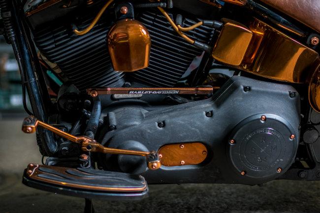Theo hãng độ Simply Road Mekhanika (SRM) tiết lộ, mẫu xế 2005 Harley-Davidson Fat Boy được đưa vào độ lần này mới chỉ chạy được 7500 km.