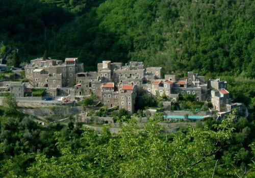 Ngôi làng đá sang chảnh ẩn mình giữa vùng núi heo hút - 1