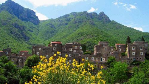 Ngôi làng đá sang chảnh ẩn mình giữa vùng núi heo hút - 2
