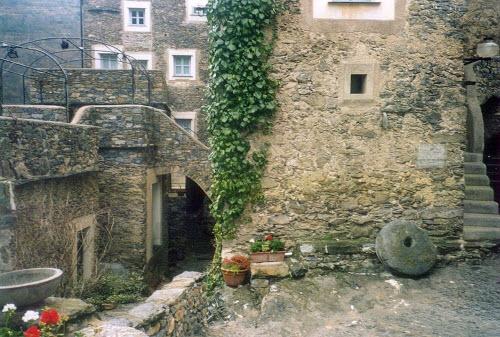 Ngôi làng đá sang chảnh ẩn mình giữa vùng núi heo hút - 3