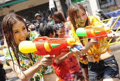 Dù bị cấm, nam nữ Thái vẫn mặc sexy, hở bạo đi té nước Songkran - 2