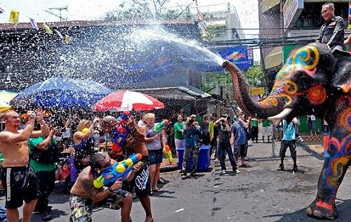 Dù bị cấm, nam nữ Thái vẫn mặc sexy, hở bạo đi té nước Songkran - 3
