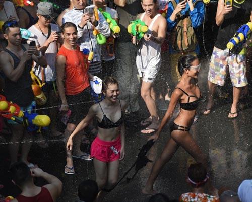 Dù bị cấm, nam nữ Thái vẫn mặc sexy, hở bạo đi té nước Songkran - 7