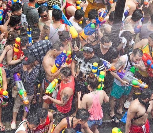 Dù bị cấm, nam nữ Thái vẫn mặc sexy, hở bạo đi té nước Songkran - 8
