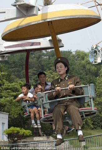 """Lính Triều Tiên tươi cười giữa lúc """"nước sôi lửa bỏng"""" - 1"""