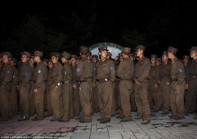 """Lính Triều Tiên tươi cười giữa lúc """"nước sôi lửa bỏng"""" - 5"""