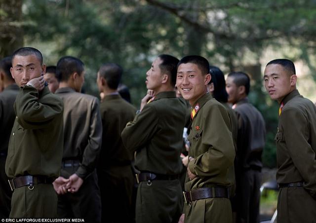 """Lính Triều Tiên tươi cười giữa lúc """"nước sôi lửa bỏng"""" - 2"""