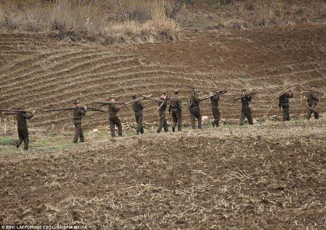 """Lính Triều Tiên tươi cười giữa lúc """"nước sôi lửa bỏng"""" - 7"""