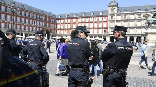 """Hooligan quấy rối: Cảnh sát ra tay, Leicester """"méo mặt"""" - 4"""